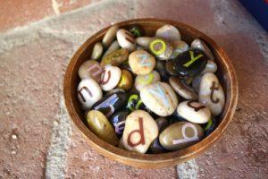 Lettres-pierres pour apprendre à lire, amusant et efficace https://l-ecole-a-la-maison.com