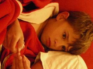 Heures de sommeil, l'enfant s'endort et ce moment est important pour sa santé, il est judicieux de le faire lire et de le calmer progressivement plutôt que de le mettre devant un écran (télé, ordi etc.)